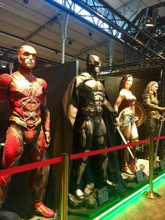La Justice League est là pour veiller sur les visiteurs.